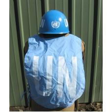 UN kypärä ja tunnusliivi