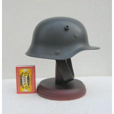 Pieni saksalainen kypärä M16 jalustalla